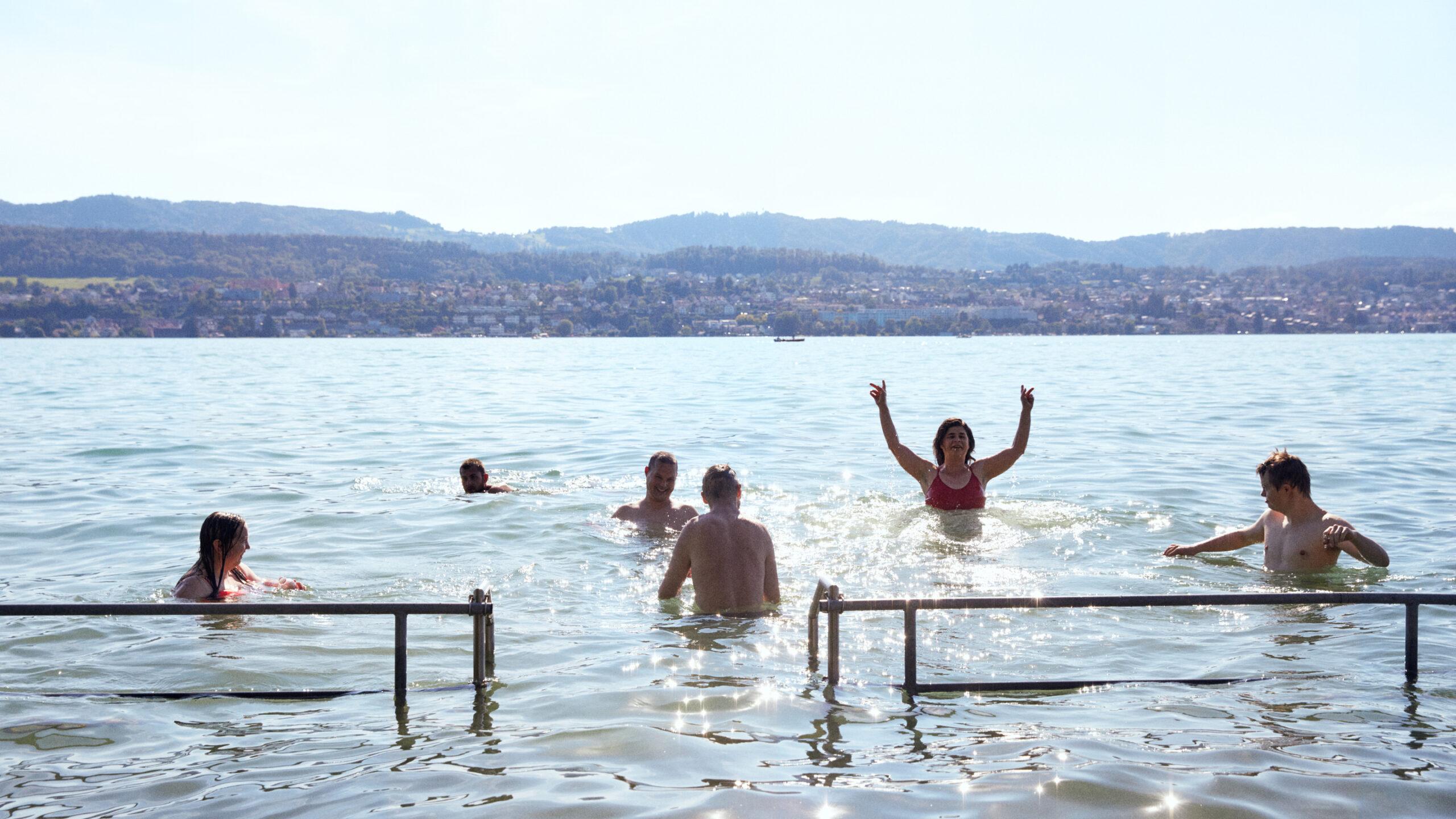 Bewohner und Bewohnerinnen der Martin Stiftung baden im Zürichsee.