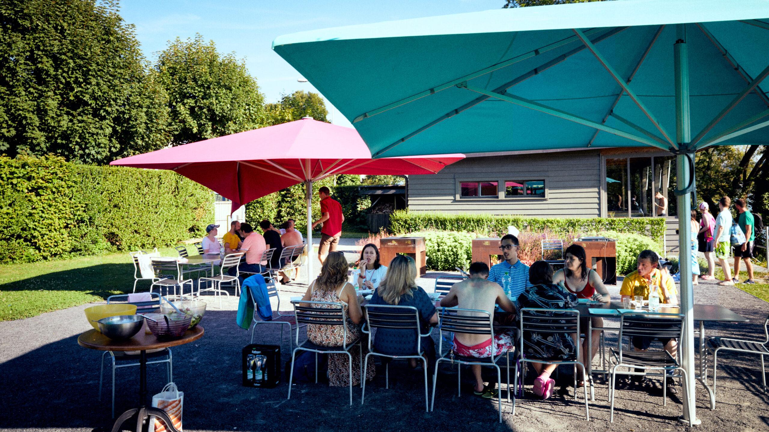 Viele Bewohner und Fachmitarbeiterinnen grillieren gemeinsam beim Badhüsli der Martin Stiftung am Zürichsee.