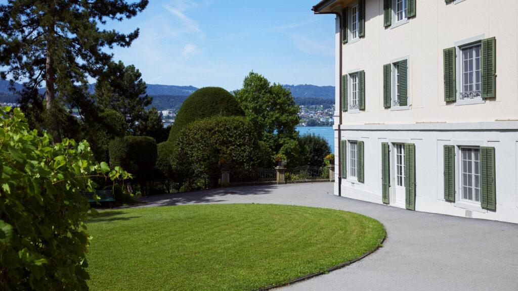 Seitenfassade des Gründerhauses der Martin Stiftung und Blick auf den Park Mariahalden sowie den Zürichsee.