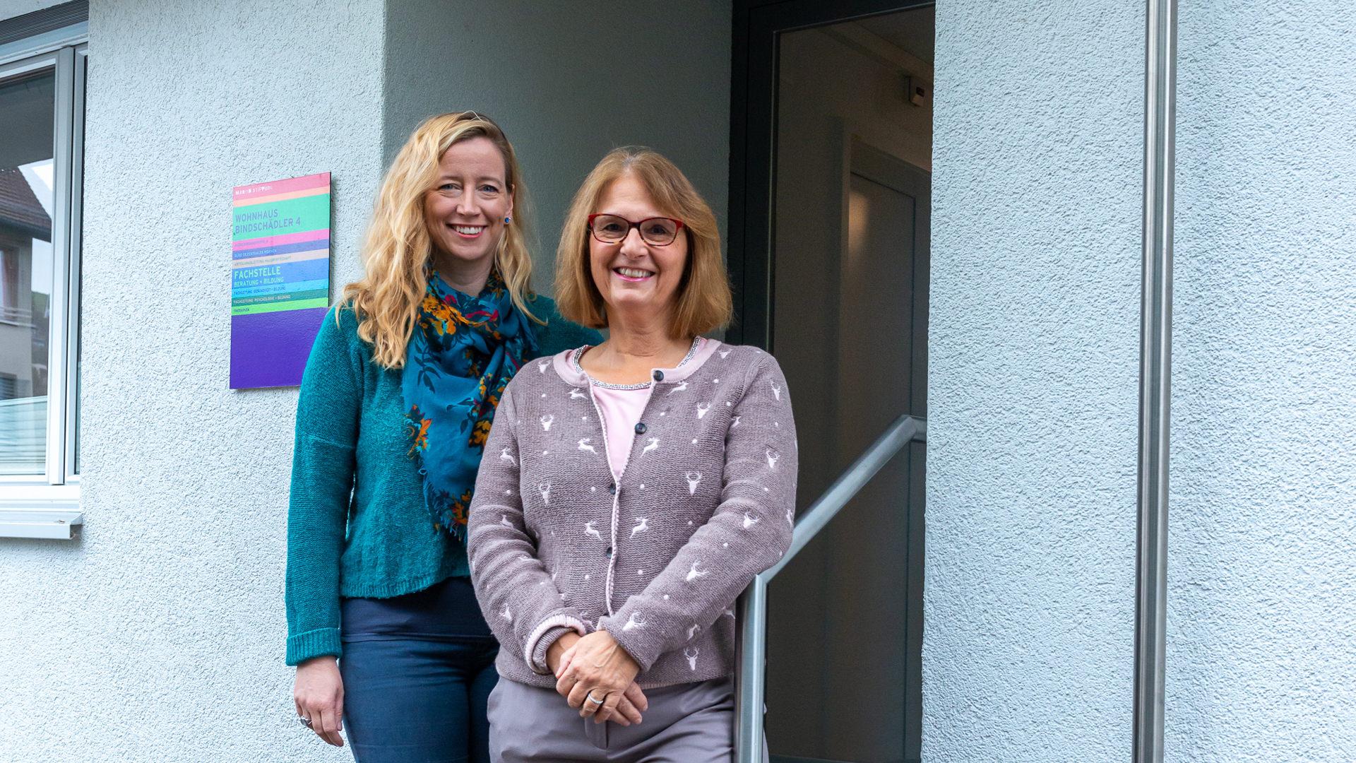Julia Backe und Beatrix Zeidler am Eingang der Fachstelle Beratung und Bildung.