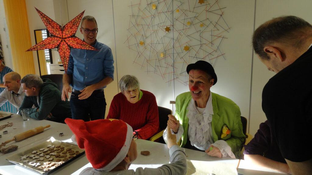 Guetzli backen und mit dem Clown lachen: Die Freiwilligen bringen viel Leben in das Seniorenatelier der Martin Stiftung