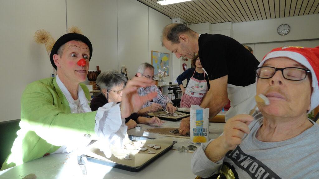 Mitarbeiter der Firma Monterosa und ein Clown engagieren sich freiwillig für das Seniorenatelier der Martin Stiftung.