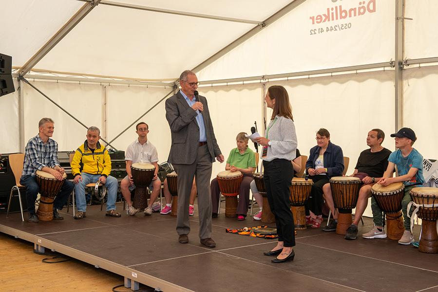 Direktor Jürg Hofer eröffnet das Herbstfest der Martin Stiftung im Festzelt.
