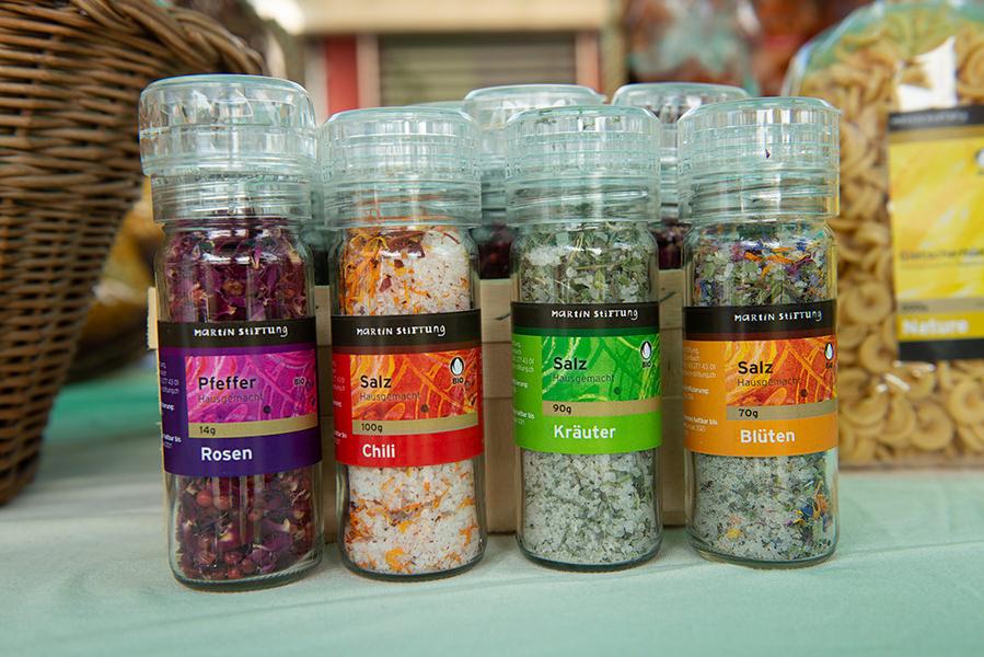 Rosen, Chili, Kräuter, Blüten: Die Martin Stiftung produziert viele verschienene Salze. Sie werden in Salzmühlen verkauft und sind in Bio-Qualität.