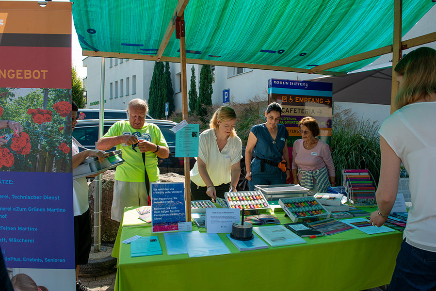 Flyer und Broschüren werden an interessierte Besucher beim Herbsfest verteilt.