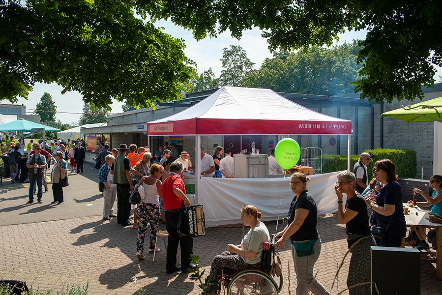 Viele Stände, schönes Wetter, viele Besucher: Beim Herbstfest der Martin Stiftung ist richtig viel los.