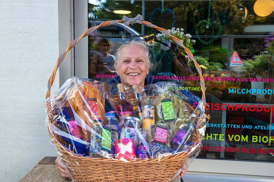 Diese Frau hat den grossen Geschenkkorb mit Produkten der Martin Stiftung gewonnen.