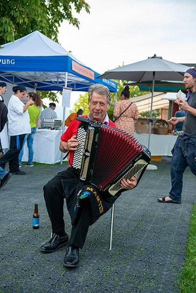 Volksmusiker mit Akkordeon beim Herbstfest der Martin Stiftung
