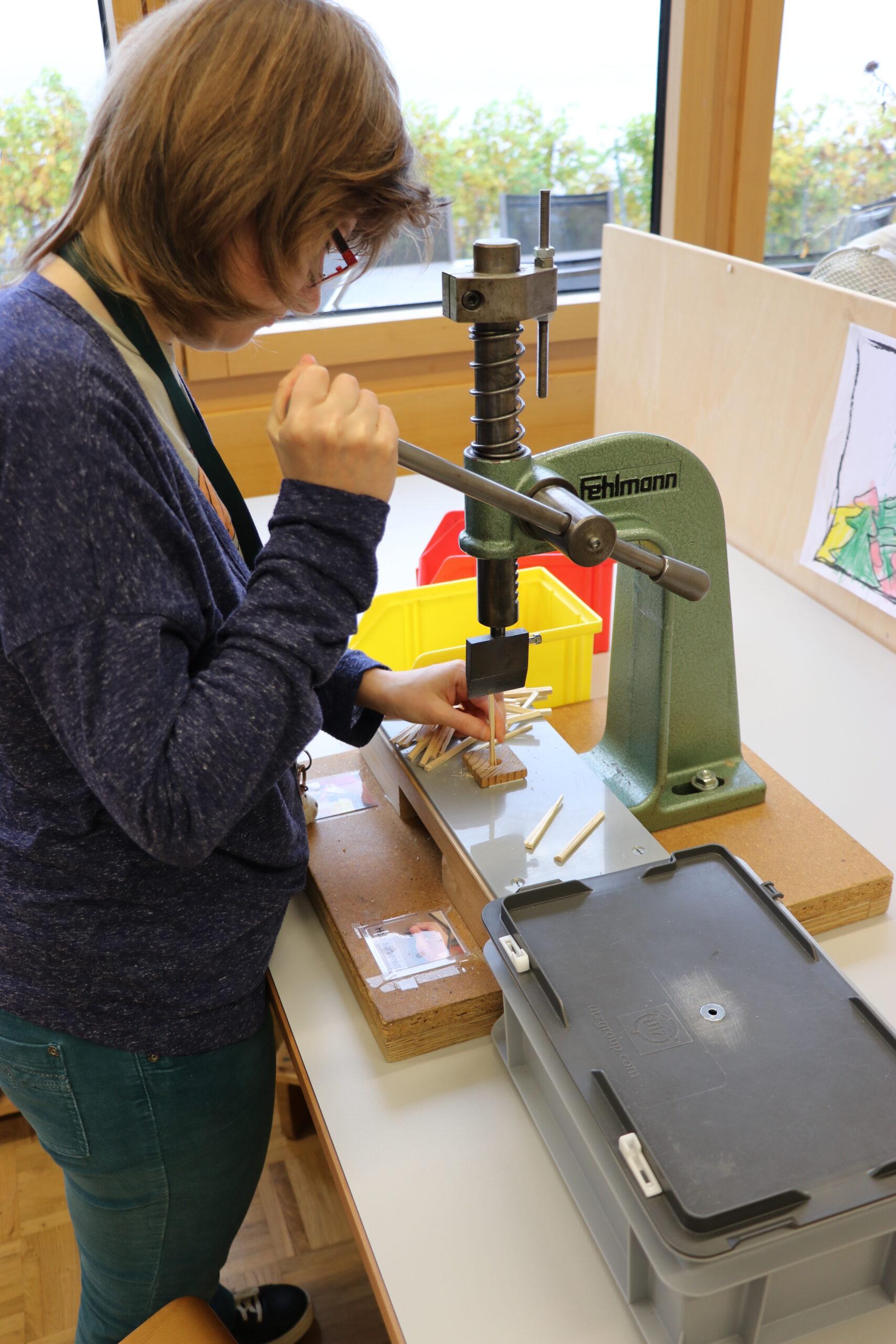 Die Anzündhilfe Feuriger Martin wird aus Holz und Papier in vielen kleinen Arbeitsschritten hergestellt.