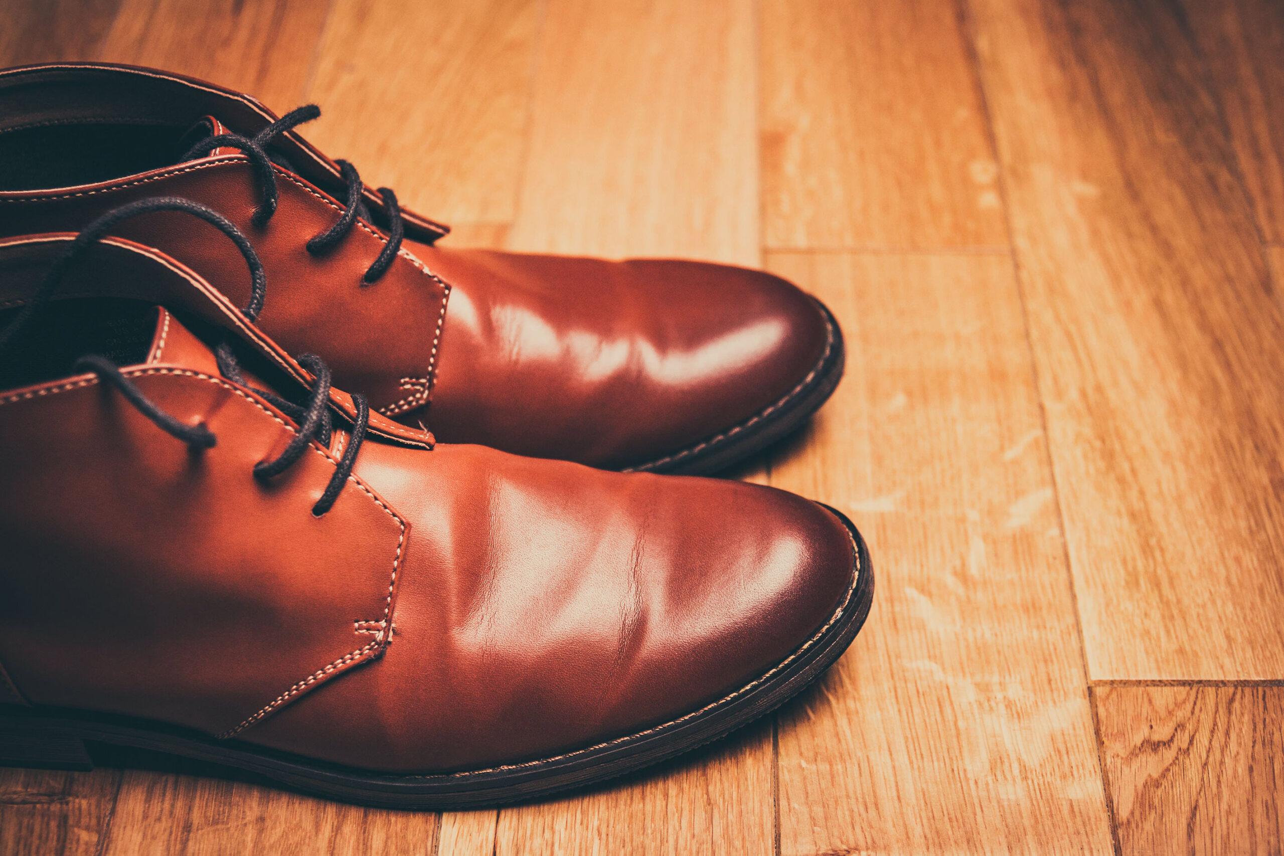 Schuhe, die perfekt parallel nebeneinander sind. Ein Beispiel für das Verhalten von Autisten. In der Martin Stiftung gibt es für sie unterstützte Kommunikation und besondere Wohnformen..