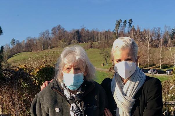 Freiwillige der Martin Stiftung trifft Bewohnerin der Martin Stiftung auch in Zeiten von Corona mit Maske.