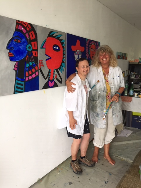 Beat Bucher mit der Künstlerin Theres Berka. In ihrem Atelier entstanden die gemeinsamen Werke.
