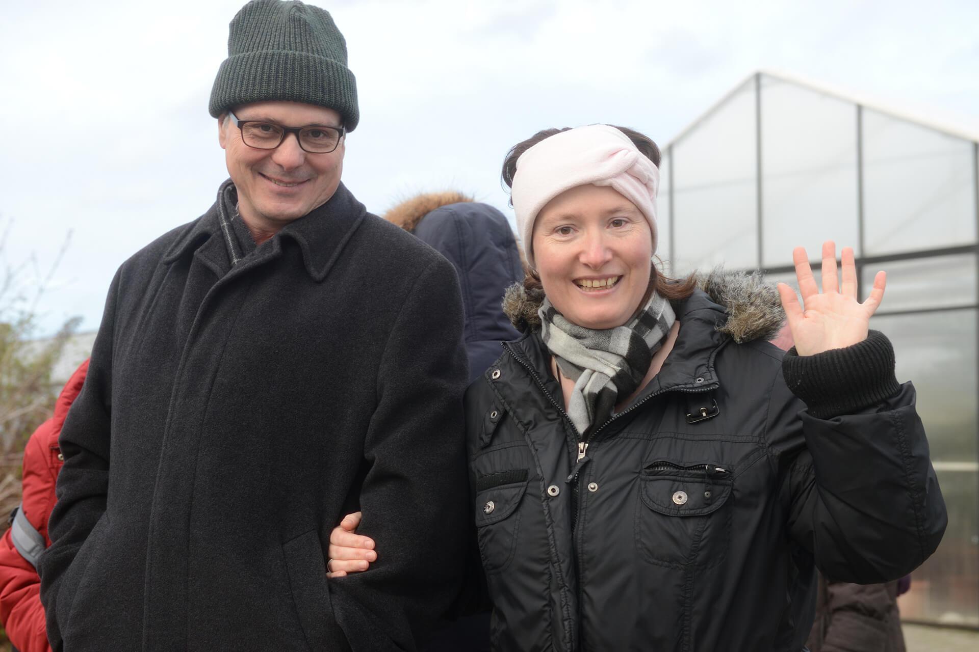 Arm in Arm über das Gelände der Martin Stiftung: Jürg Hofer und eine Bewohnerin vom Rütibühl.