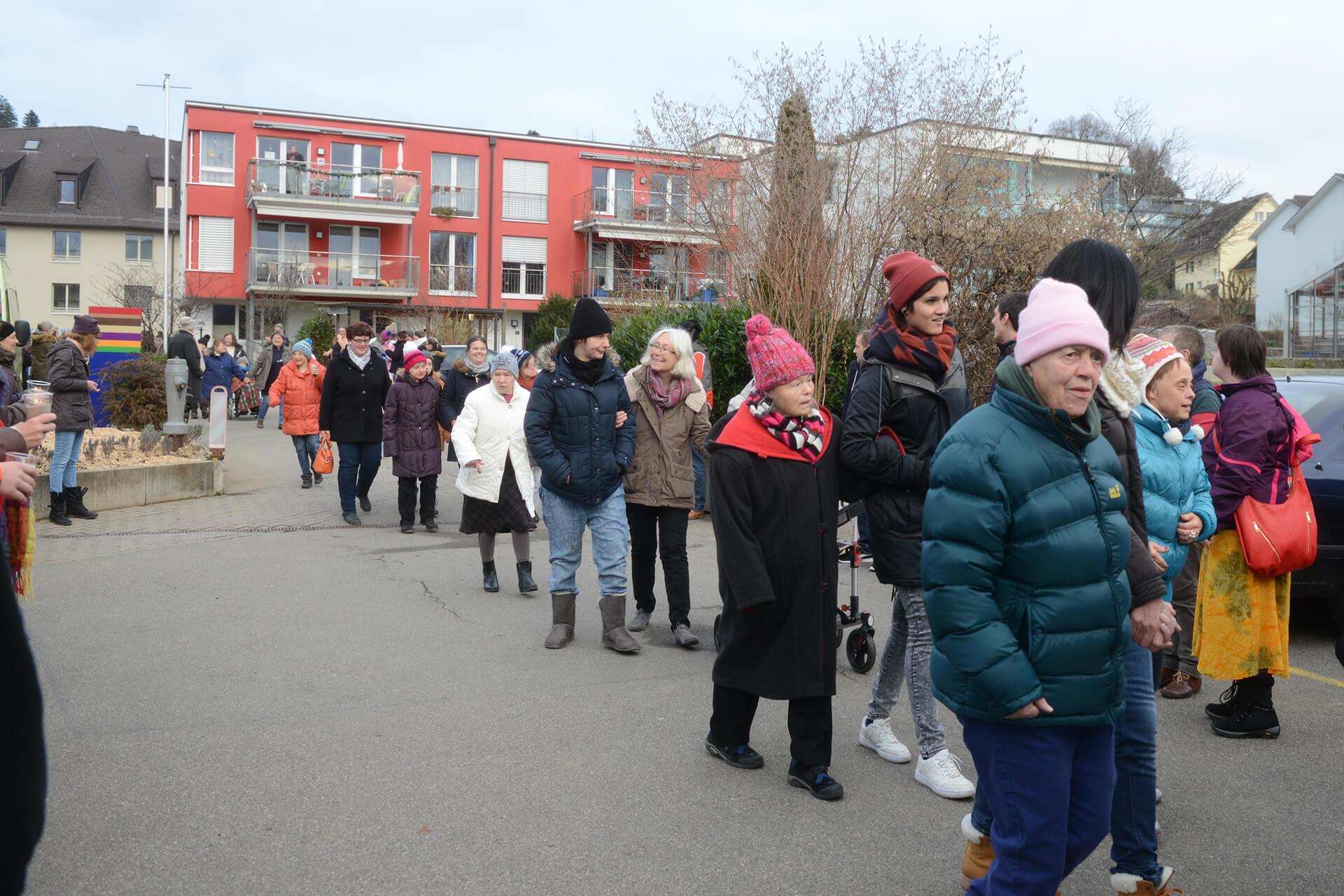 Spalier stehen: So haben die Bewohner der Martin Stiftung, die Frauen vom neuen Wohnhaus Rütibühl empfangen.