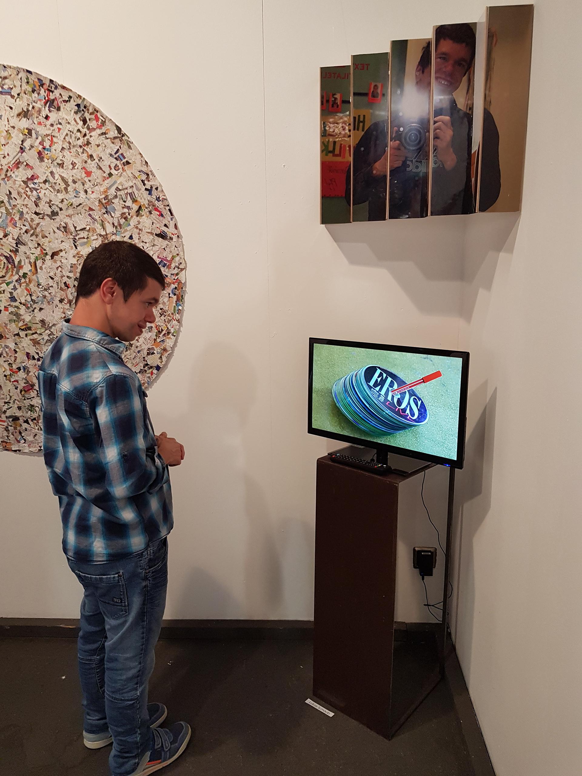 Fotografie und Digitales: Bewohner der Martin Stiftung betrachtet ausgestellte Kunstwerke.
