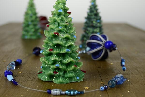 Kerzen und Schmuck werden in den Ateliers der Martin Stiftung hergestellt und sind schöne Geschenke.
