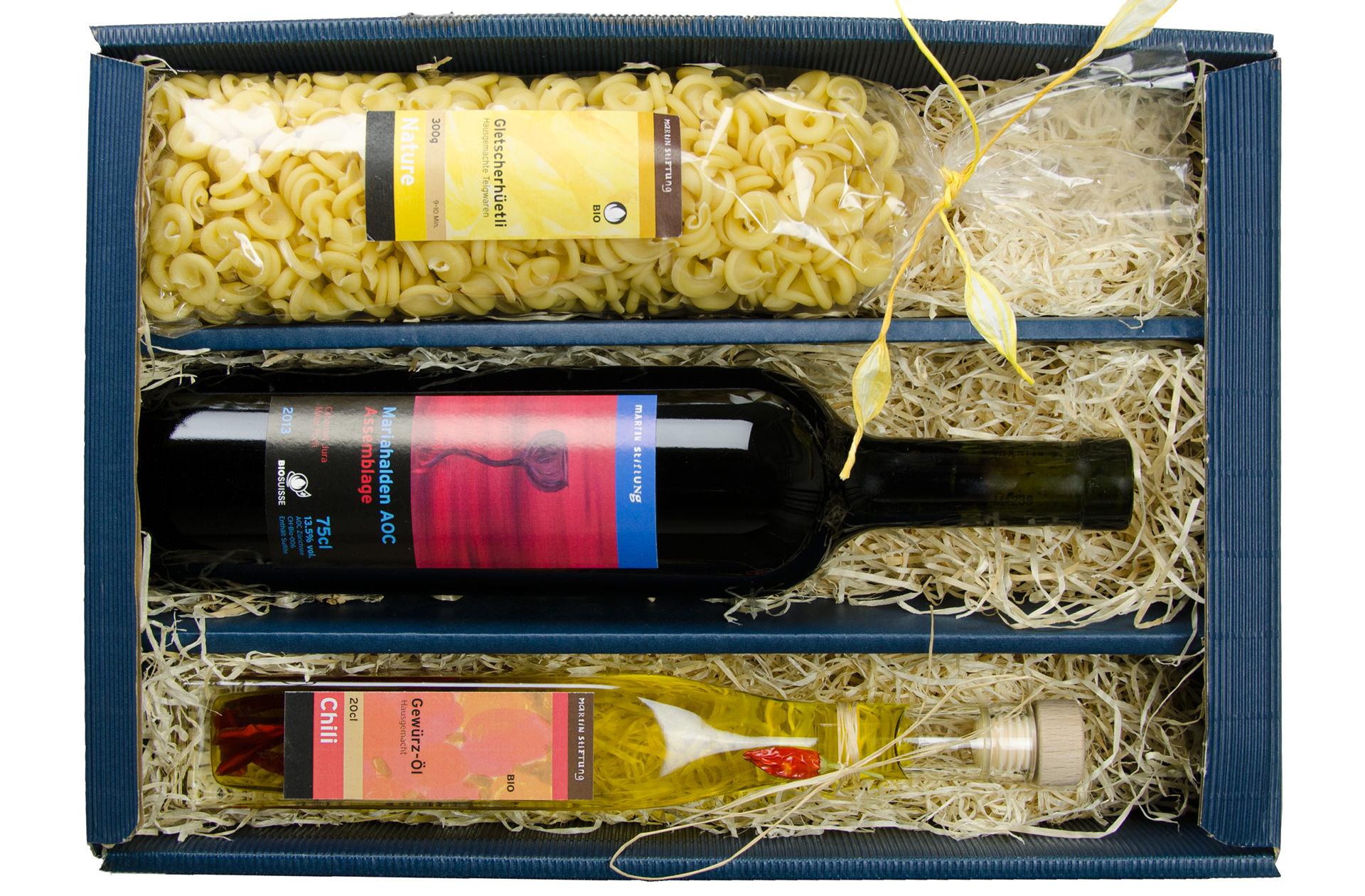 Teigwaren, Wein, Gewürz-Öl: Geschenkpackungen mit Eigenprodukten der Martin Stiftung sind ein beliebtes Kundengeschenk.