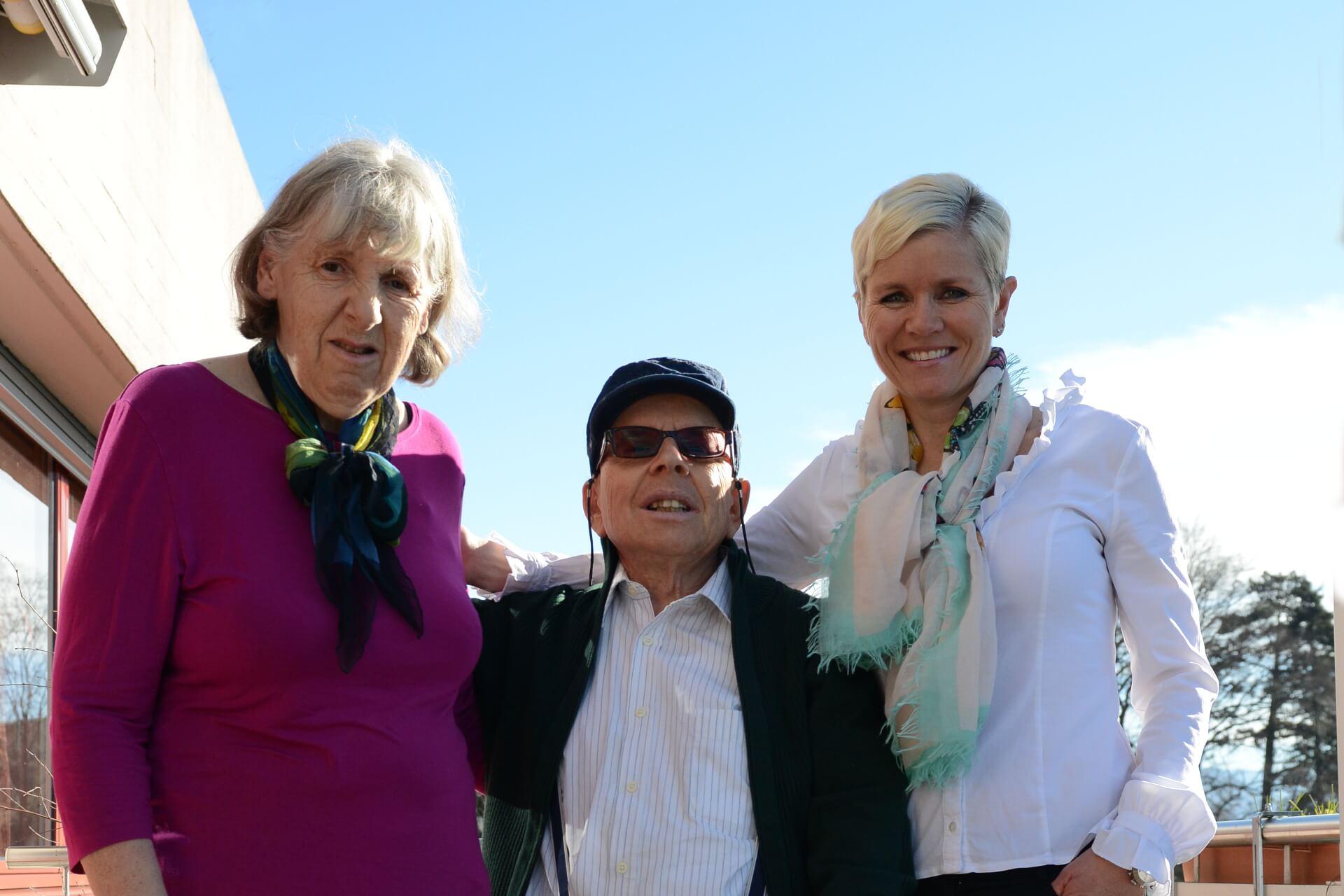 Eine eingespieltes Trio: Die Freiwillige Karin Sutter und zwei Bewohner der Martin Stiftung.