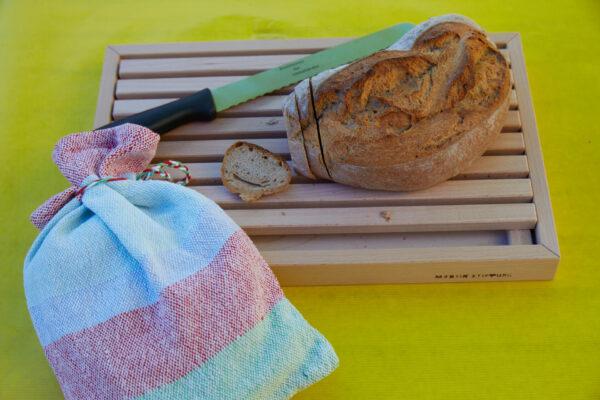 Das Brotschneidebrett aus der Schreinerei der Martin Stiftung ist zusammen mit dem selbst gewebten Brotsack ein beliebtes Kundengeschenk.