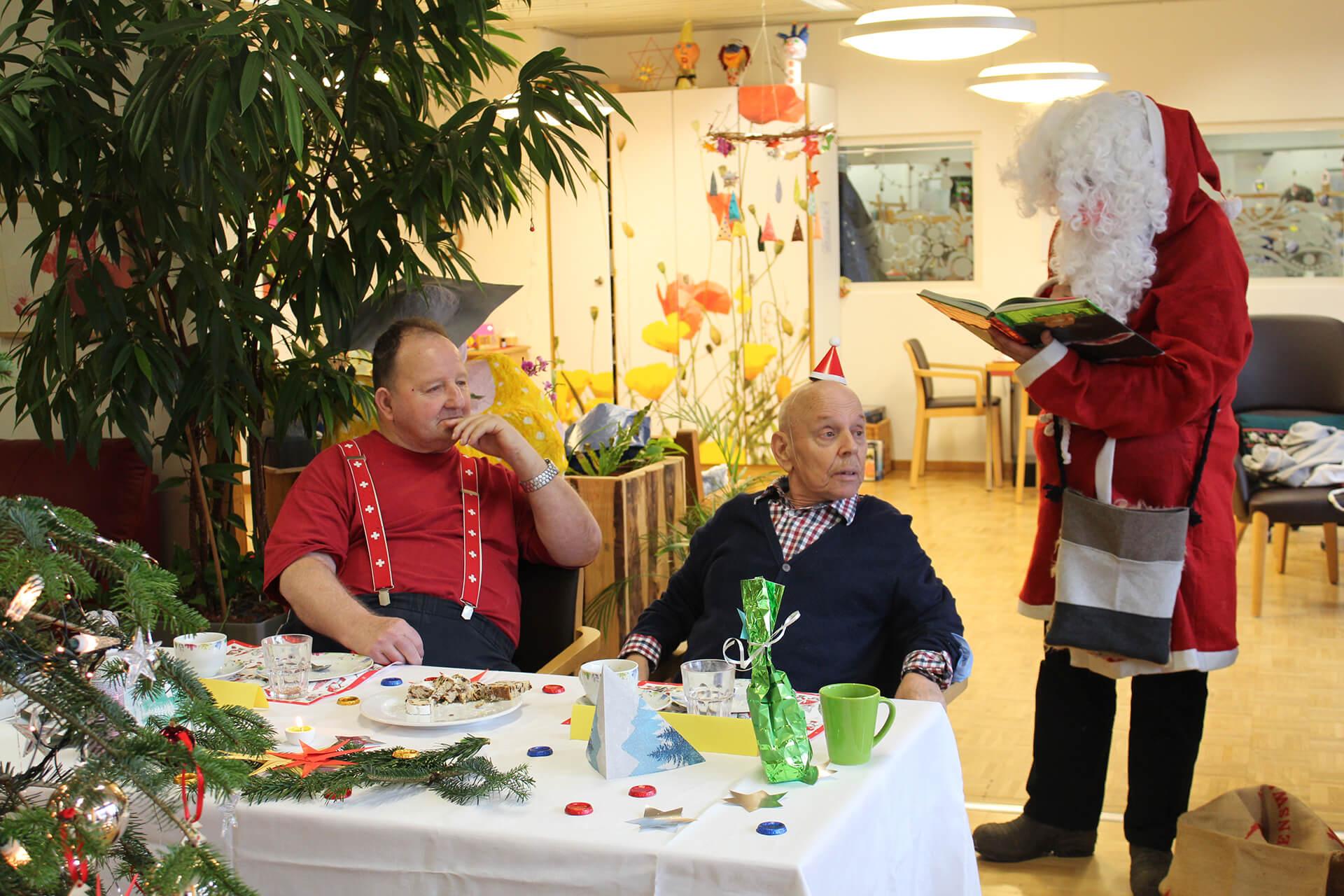 Der Samichlaus kam auch im Corona-Jahr zum Senioren-Atelier der Martin Stiftung.
