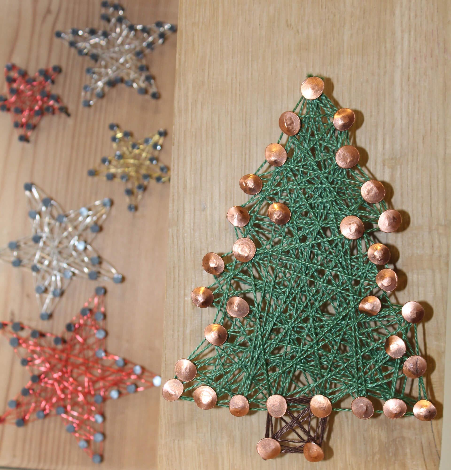 Tannenbäume und Sterne mit Nägel und Faden gestaltet haben die Ateliers.
