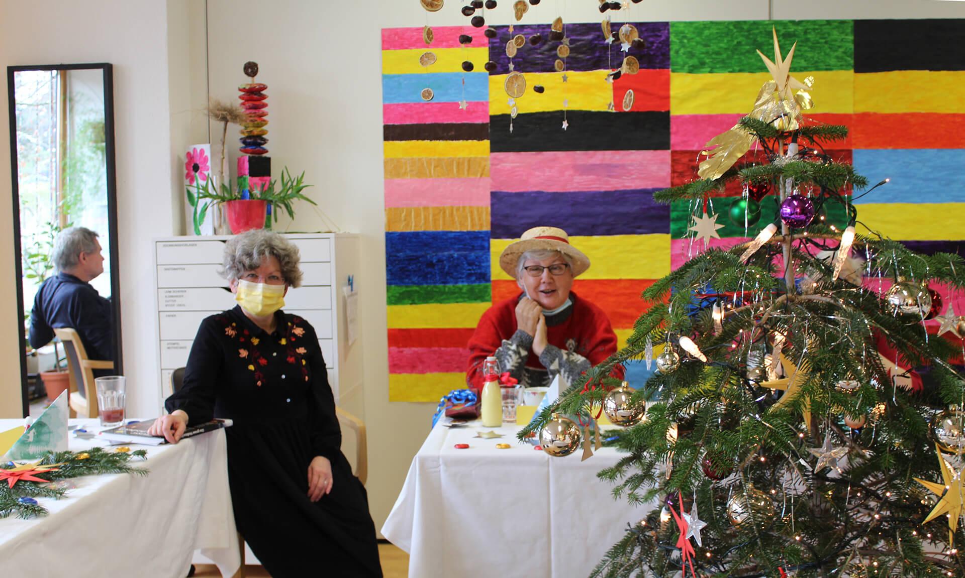 Vorfreude im Senioren-Atelier der Martin Stiftung: Gleich kommt der Samichlaus.