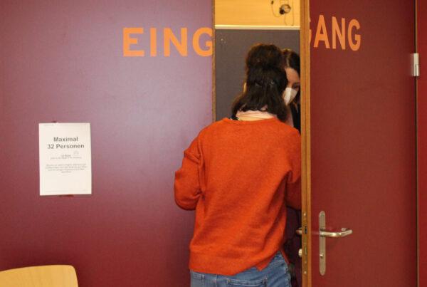 Beim Eingang in die Mehrzweckhalle werden die Impf-Interessenten abholt.