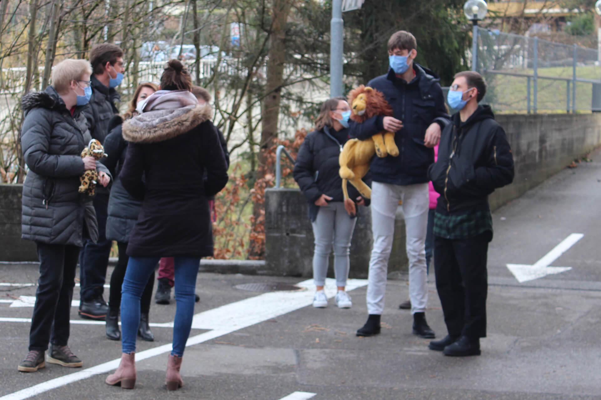 Ein Kuscheltier zur Unterstützung bei der Corona-Impfung haben einige Bewohner dabei.
