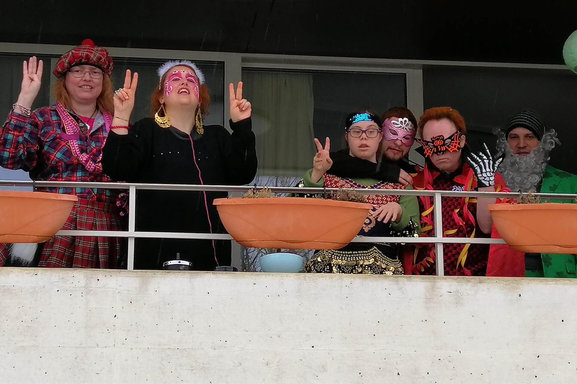 Schottin, Spiderman oder Samichlaus: Eine bunte Truppe hat sich auf diesem Balkon verkleidet für Fasnacht.