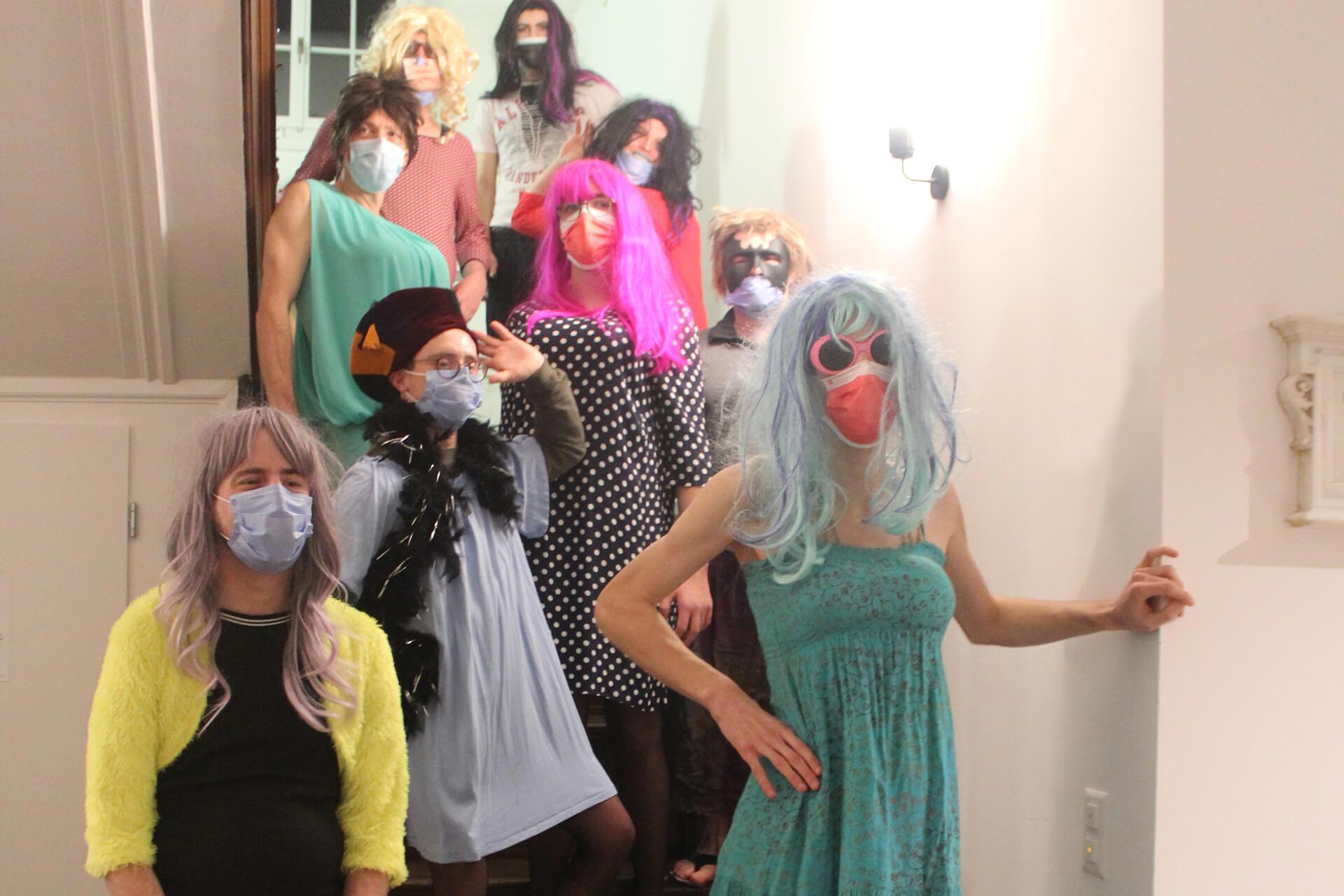 Wohngruppe im Fasnachtskostüm: Alle sind als aufreizende Damen verkleidet im Treppenhaus vom Wohnhaus Mariahalden.