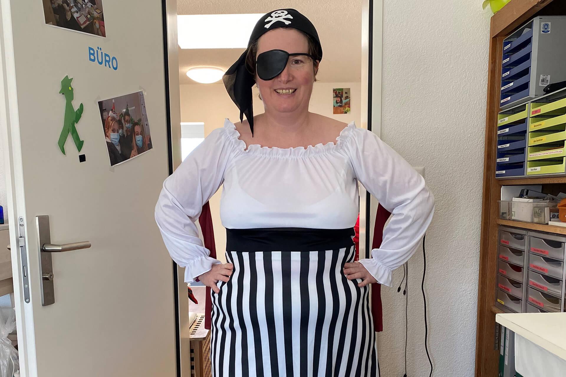 Frau als Piratin verkleidet für Fasnacht in der Martin Stiftung.