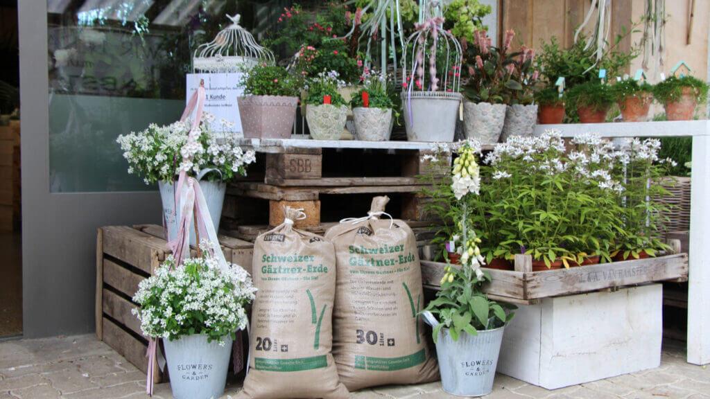 Im Verkauf: Die selbstgemachte Gartenerde im Blumenladen Zum Grünen Martin.