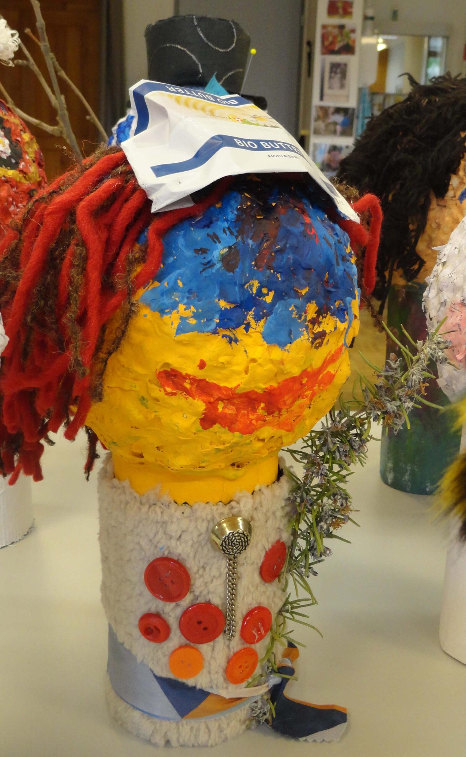 Bunte Böögg-Dame mit Hut