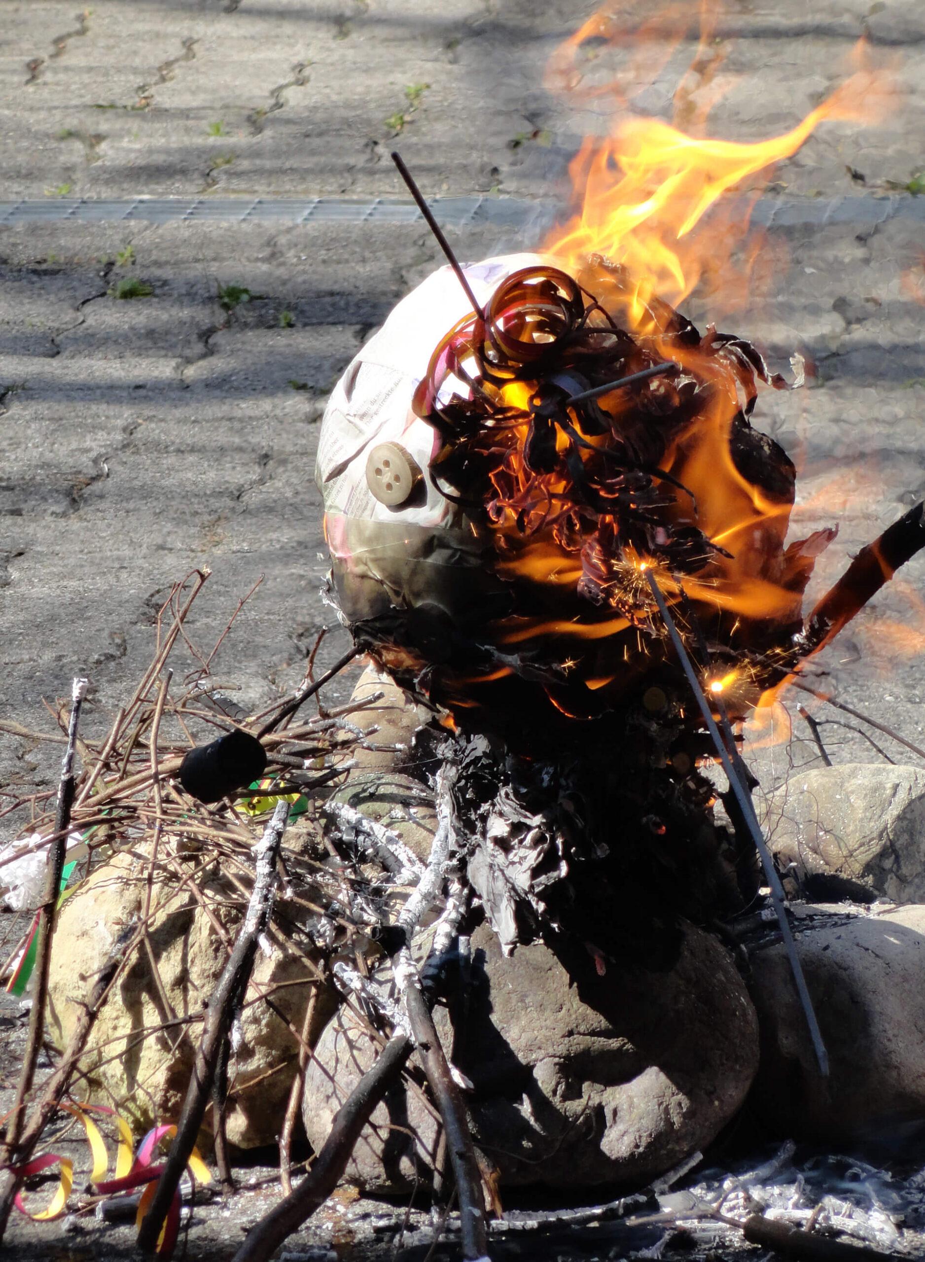Der Böögg ist fast abgebrannt.