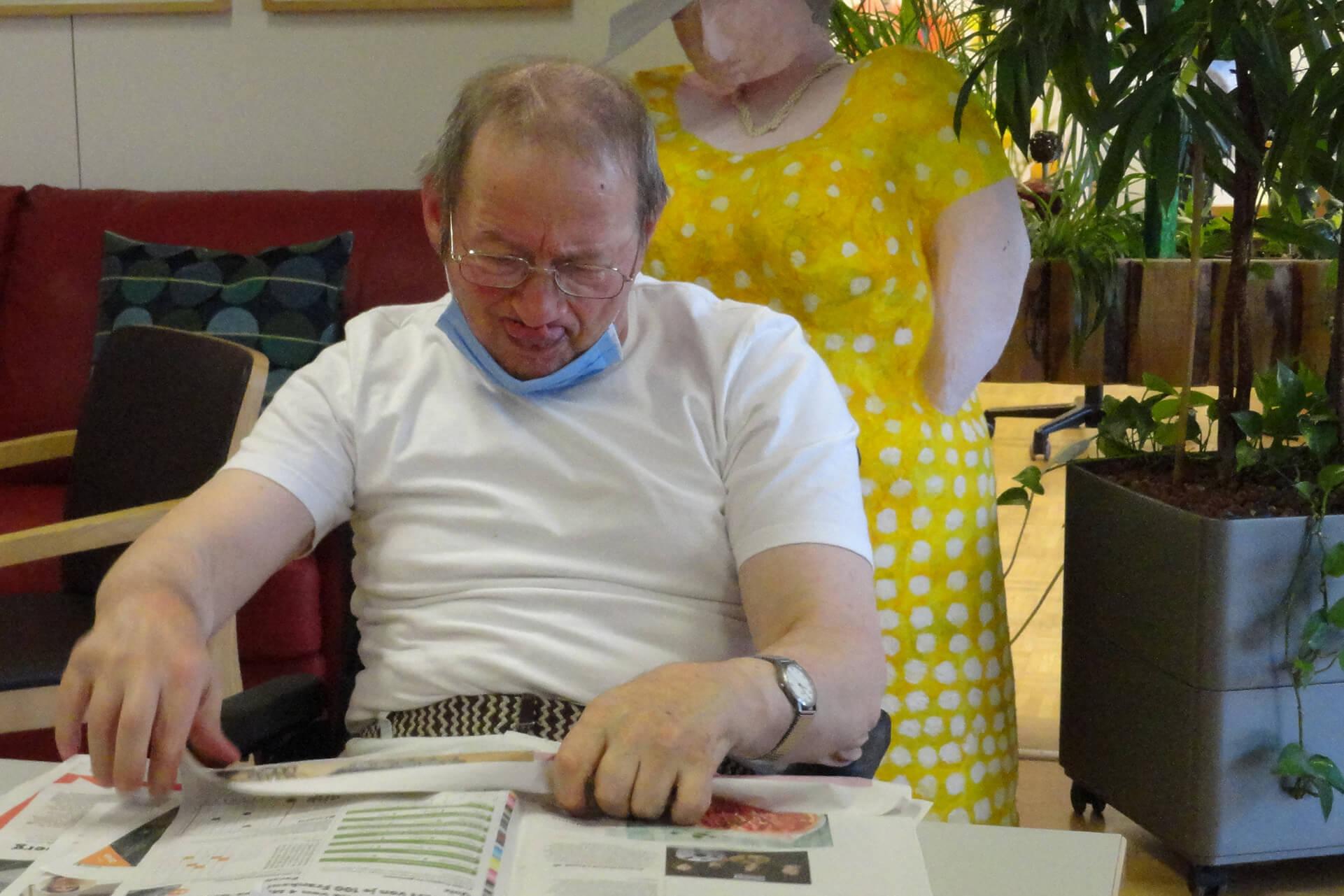 Zeitung wird gerollt für den neuen Böögg im Seniorenatelier.