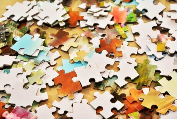 Bunte Puzzleteile. Sie werden häufig benutzt, um kognitive Beeinträchtigungen zu bebildern.
