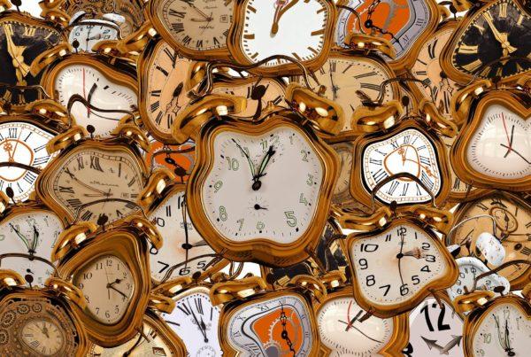 Viele verschwommene Uhren als Symbol für die Erfahrung von Menschen mit kognitiver Beeinträchtigung und Demenz, wenn ihr Zeitgefühl verschwindet.
