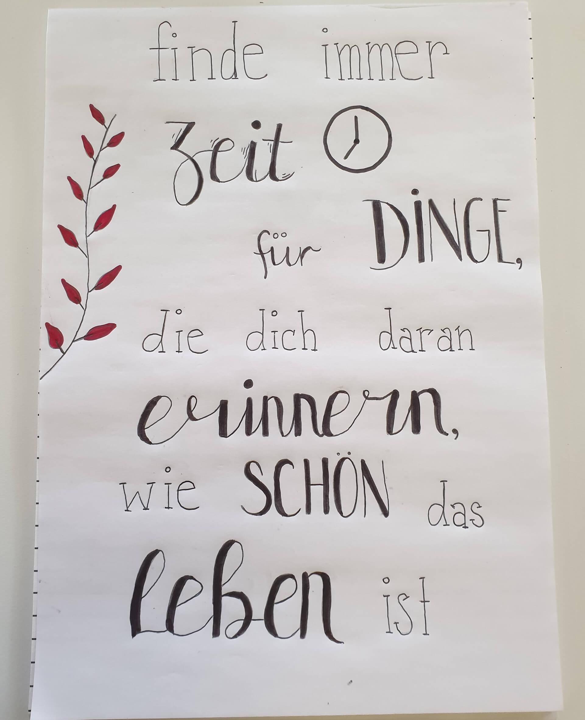 Schülerin hat Zitat kalligrafisch gestaltet.